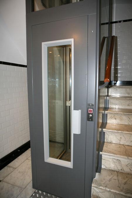 Im genes ascensor unifamiliar instalado en el hueco de la Modelo de viviendas para construir